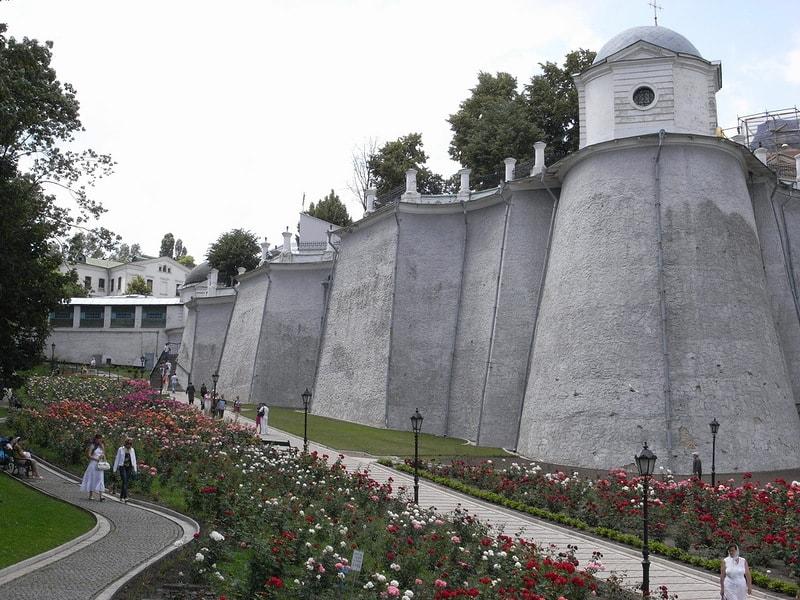 Крепостная стена вокруг дальних и ближних пещер