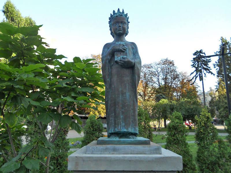 Памятник Анне Ярославовне Киев