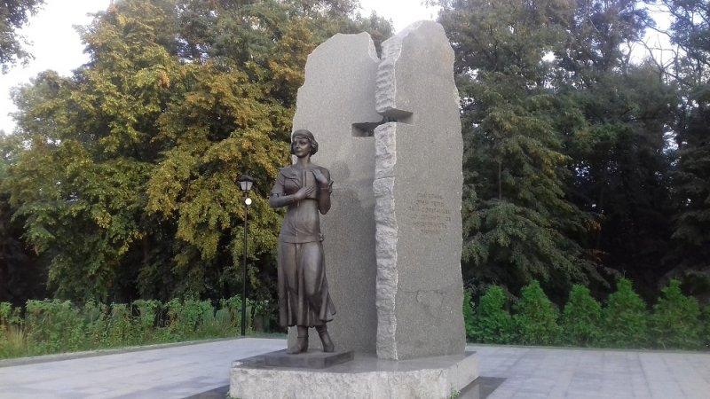 Памятник О.Телиге