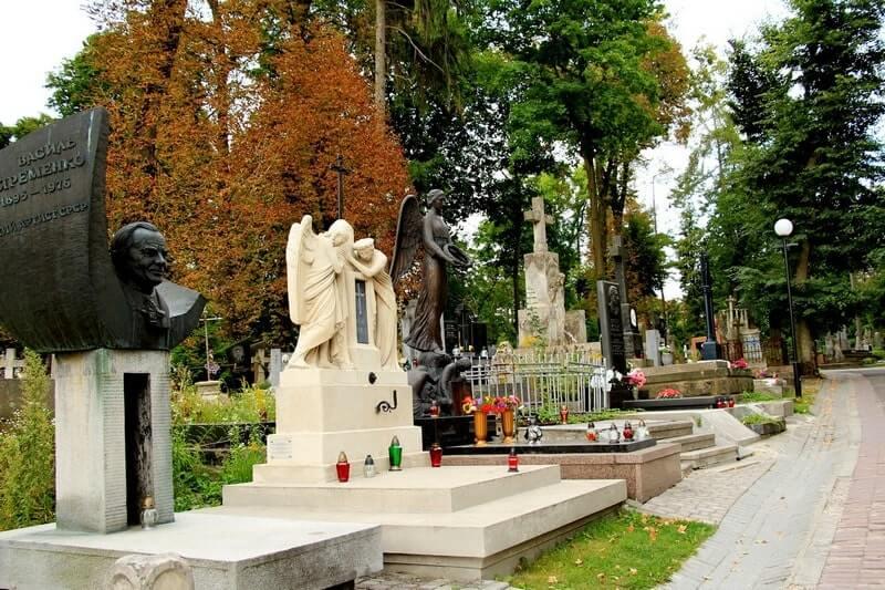 главная аллея Лычаковского кладбища